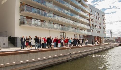 40-tal grannar, familj och vänner säger hejdå till seglare i Henriksdalshamnen